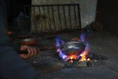 Étameur ou chaudronnier de cuivre turc traditionnel Photo libre de droits