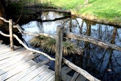 Étang avec la passerelle en bois Images stock