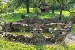 Étang décoratif et petit pavillon en bois images libres de droits