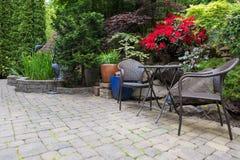 Étang d'arrière-cour de jardin aménageant en parc avec le printemps de meubles de Bistros photographie stock