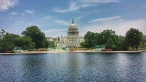 Étang de bâtiment de capitol Image libre de droits