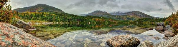 Étang de bassin avec des lames d'automne photo libre de droits