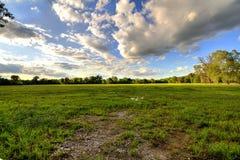 Étang de ciel nuageux image stock