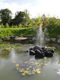 Étang de fontaine de jardin Images stock