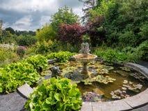 Étang de maison de belvédère et fontaine, Irlande photo stock