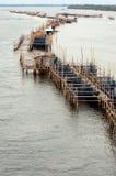 Étang de pêche d'aquiculture dans le fleuve d'entrée. Photographie stock