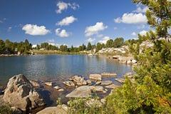 Étang de pêche en montagnes de Beartooth Images stock