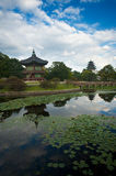 Étang de pavillon d'île de Royal Palace Image libre de droits