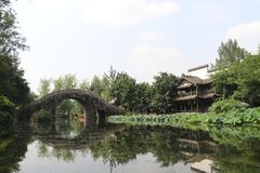 Étang de pont et de Lotus de voûte photographie stock