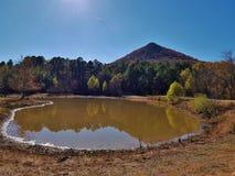 Étang de réflexion de montagne de sommet photo stock