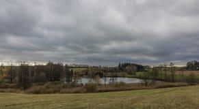 Étang de Sychrov près de village de Horni Studenky image stock
