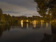 Étang en parc la nuit Photos stock