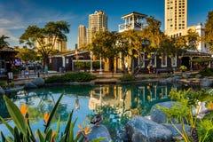 Étang et bâtiments au village de port maritime, à San Diego, la Californie Photographie stock