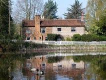Étang et cottages communs supérieurs au printemps, terrain communal de Chorleywood photographie stock libre de droits