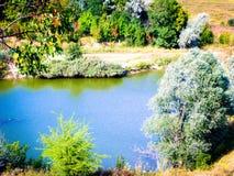 Étang et forêt de septembre image libre de droits