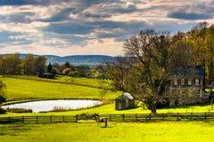 Étang et maison à une ferme dans le comté de York rural, Pennsylvanie image stock