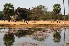 Étang par des ruines de temple d'Angkor Vat Image libre de droits