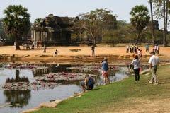 Étang par des ruines de temple d'Angkor Vat Images stock