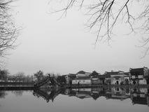 Étang, pont, village chinois, réflexion image stock