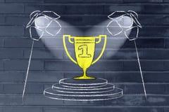 Étant un gagnant et un chef, spotloghts sur un trophée d'or images stock