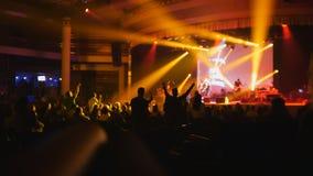 Étape colorée - silhouette des personnes dansant au concert Images libres de droits