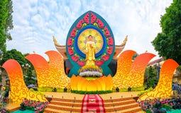 Étape de Bouddha o de statue décorée magnifiquement Photo stock