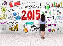 Étape de dessin de femme d'affaires de succès pendant l'année 2015 sur le mur blanc Photographie stock libre de droits