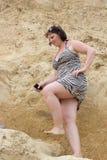 Étape de femme dans une montagne Photos libres de droits