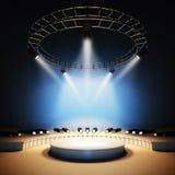 Étape de musique illuminée par des projecteurs Image libre de droits