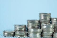 Étape de pile de pièce de monnaie avec le carnet ou de livre de comptes sur le worki en bois photographie stock libre de droits