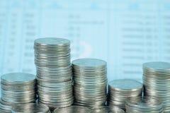 Étape de pile de pièce de monnaie avec le carnet ou de livre de comptes sur le worki en bois images stock