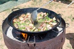 Étape de préparation de Paella authentique Valenciana Photo libre de droits