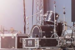Étape de représentation avec des tambours avant l'exposition À l'arrière plan avant un concert Photographie stock