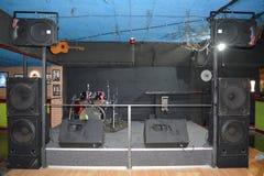 Étape de roche pour la musique en direct à une boîte de nuit avec des tambours sans lumières image stock