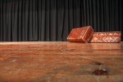 Étape de théâtre Sur l'étape il y a deux valises Photo stock