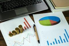 Étape des piles de pièces de monnaie avec l'ordinateur portable de carnet et financier Images stock