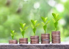 Étape des piles de pièces de monnaie d'argent, concept économisant d'argent de pièces de monnaie images stock
