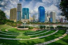 Étape en parc avec le lac et moderne extérieurs Images libres de droits