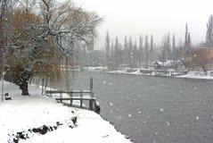 Étape et fleuve dans la tempête de neige Photographie stock libre de droits