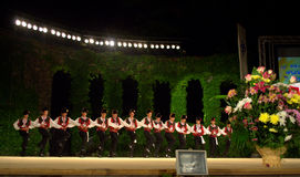 Étape folklorique bulgare de danse de groupe Photos stock