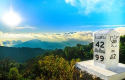 Étape importante au bord de la route avec le paysage de montagne Photographie stock