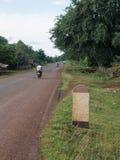 Étape importante sale d'abandon le long de la route dans le Laotien Photos stock