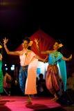 Étape traditionnelle de deux vêtements de danseurs féminins thaïlandais Photo stock