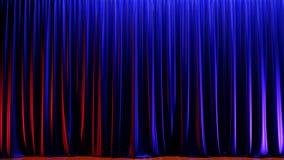 Étape vide foncée avec les rideaux bleus riches en velours 3d rendent illustration libre de droits