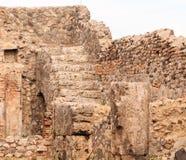 Étapes au plancher supérieur dans la maison de Pompeii photo libre de droits