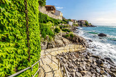 Étapes au rivage rocheux de la vieille ville Photos stock