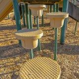 Étapes circulaires et escaliers de cadre carré allant la glissière vue un jour ensoleillé photo stock