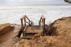 Étapes dangereuses après érosion des plages photographie stock