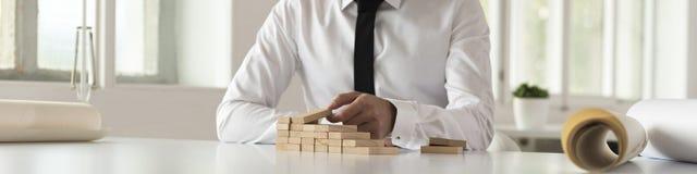 Étapes de bâtiment d'homme d'affaires des blocs en bois Photos stock