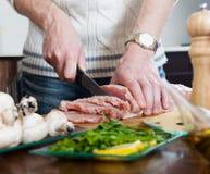 Étapes de faire cuire la viande avec des champignons Photographie stock libre de droits